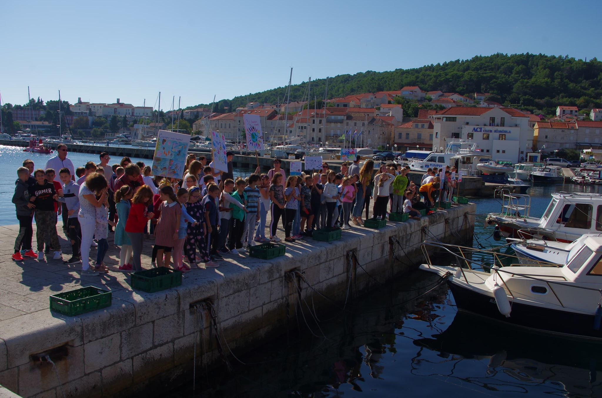 Bacanje EM kugli u more na Punti Jurana u gradu Korčuli