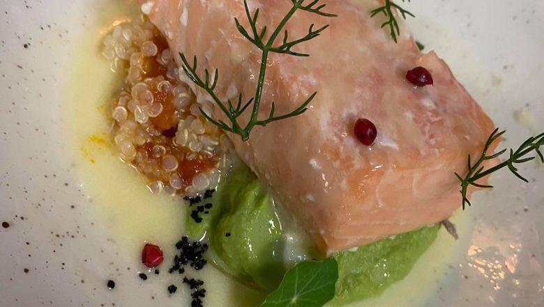 Sporo kuhani losos sa quinoom i graškom